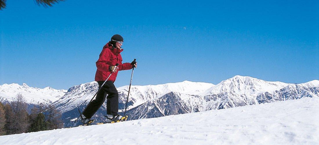 Escursioni con racchette da neve & escursioni invernali in un incantevole paesaggio
